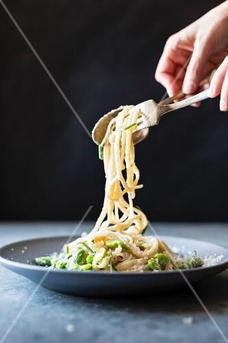 Frühlingspasta: Spaghetti mit Erbsen und Saubohnen
