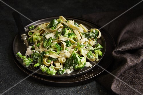 Vegetarian coconut pasta with green vegetables
