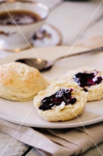 Buttermilch-Biscuits mit Marmelade