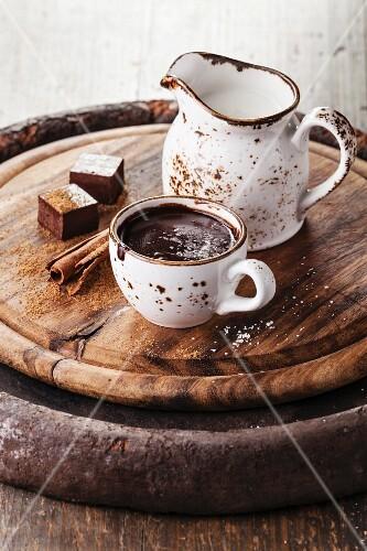 Heisse Schokolade mit Gewürzen in weisser Tasse