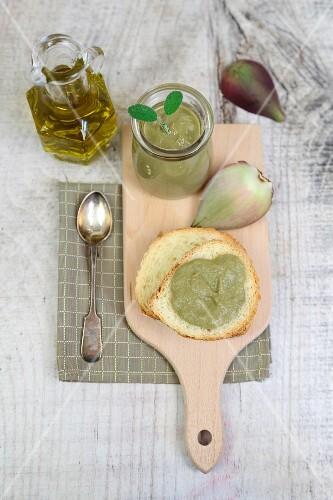 Artischockencreme auf Weissbrot und im Glas