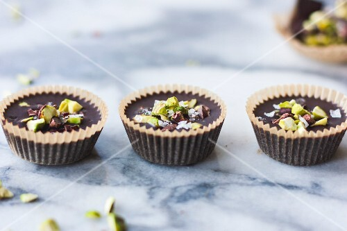 Chocolate Butter Cups mit Salzschokolade, Pistazien und Nüssen