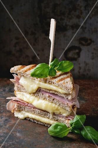 Gegrillte Sandwiches mit Schinken und geschmolzenem Käse