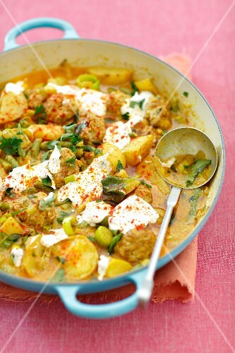 Meatballs with potatoes and green beans in curry sauce