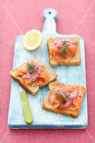 Wholemeal toasts with smoked salmon and red onion