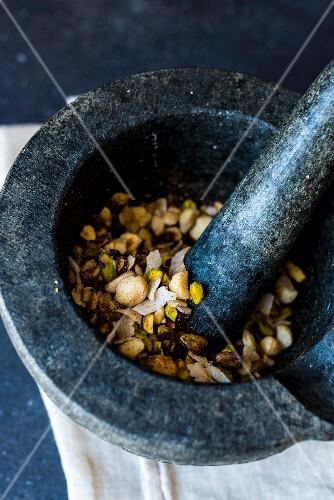 Dukkah (Nuss-Gewürzmischung) mit Schokolade im Mörser