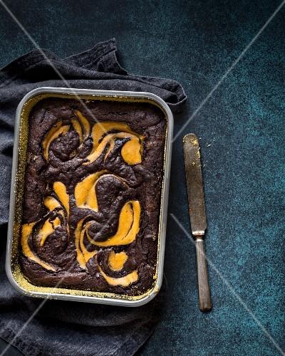 Glutenfreier Brownie-Kürbis-Kuchen in der Backform
