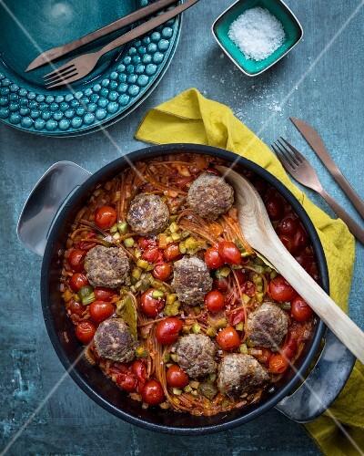 One Pot Nudeltopf mit Rentier-Hackbällchen und Tomaten