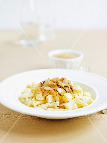 Älpler Magronen with apple puree (Swiss cheese and pasta dish)