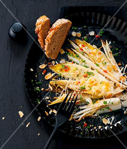 Gratinierter Chicoree mit Chili-Mandelbutter und Parmesan