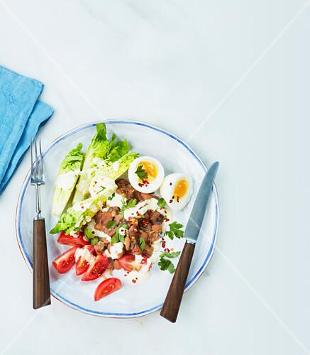 Ägyptischer Eiersalat mit Bohnen, Salatherzen und Tomaten