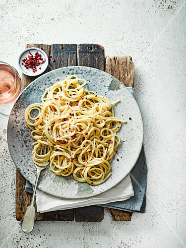 Spaghetti mit Knoblauchbutter, rosa Pfefferkörnern und Grana Padano