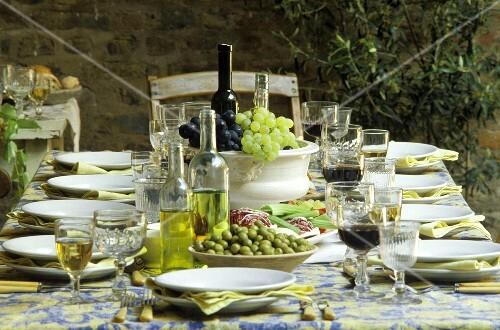 gedeckter tisch mit oliven l wein als tischdeko au en bild kaufen 130299 stockfood. Black Bedroom Furniture Sets. Home Design Ideas