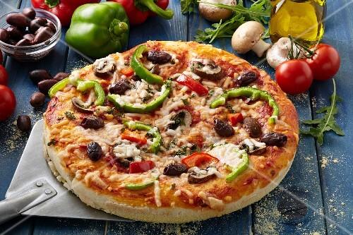 selbstgemachte pizza mit paprika pilzen und oliven bild kaufen 12307861 stockfood. Black Bedroom Furniture Sets. Home Design Ideas