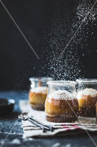Puddings Chomeurs mit Ahornsirup und Kastanienmehl (Dessert, Quebec, Kanada)