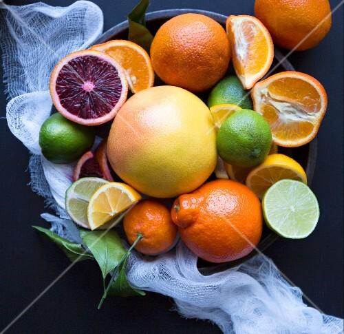 Verschiedene Zitrusfrüchte in einer Schüssel