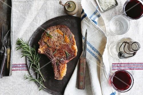 Porterhousesteak mit Rosmarin und Rotwein