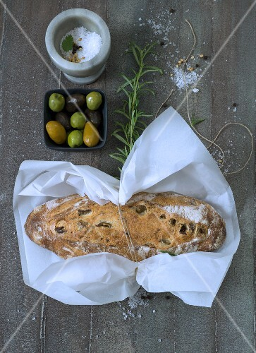 Olivenbrot im Einwickelpapier
