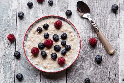 Porridge with amaranth, raspberries and blueberries