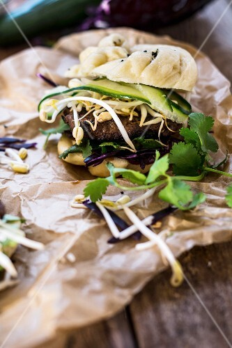 Mantou burgers with mantou bread, sprouts, cucumber and coriander (China)