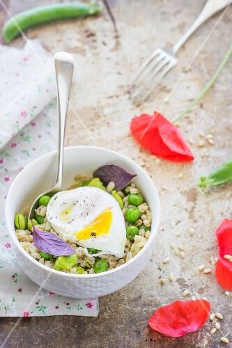 Getreidesalat mit Erbsen, Bohnen und pochiertem Ei