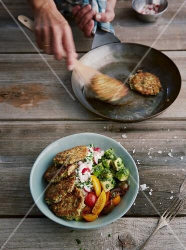 Kräuter-Avocado-Bowl mit Pilztalern