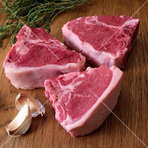 Raw lamb chops with garlic and herbs
