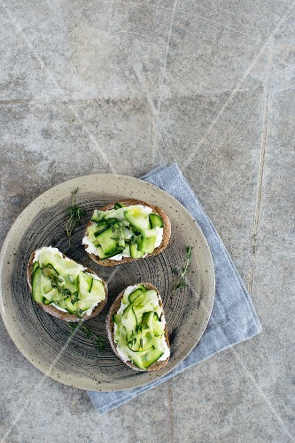 Bruschetta with cottage cheese, zucchini and thyme