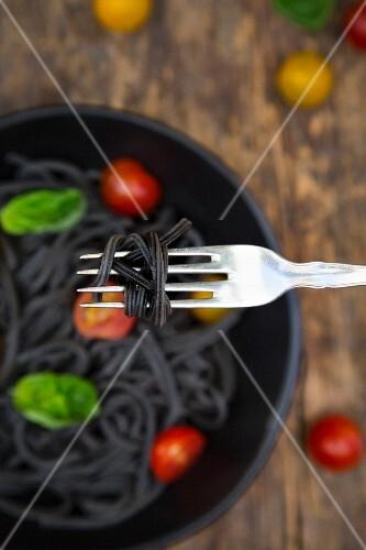 Spaghetti al Nero di Seppia auf Gabel