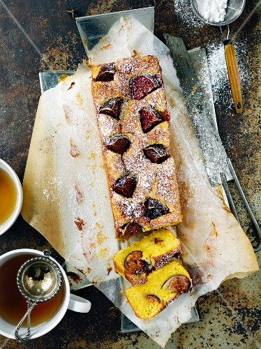 Saffron cake with figs
