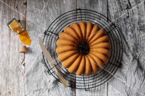 Bundt Cake auf Abkühlgitter (Aufsicht)