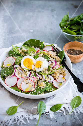 Quinoa and spinach salad with chia seeds and a hard-boiled egg