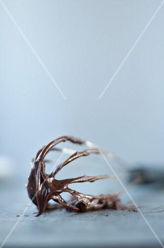 Dunkle Schokoladenganache auf Schneebesen