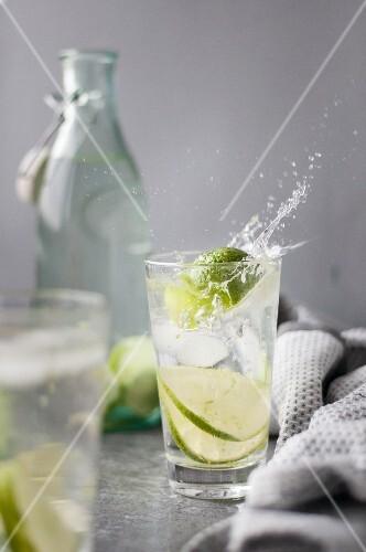 Wasser mit Limetten und Eiswürfeln