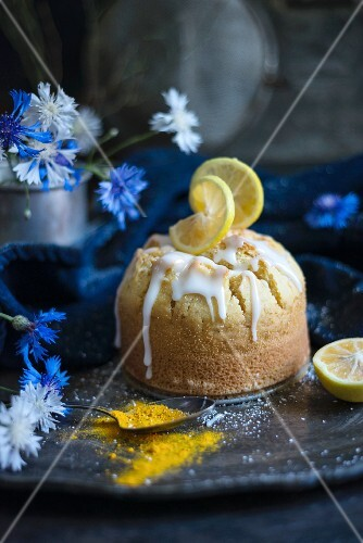 Lemon and turmeric cake with icing (vegan)