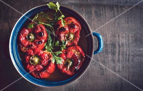 rote paprika gef llt mit reis und fleisch aufsicht bild kaufen 12356321 stockfood. Black Bedroom Furniture Sets. Home Design Ideas
