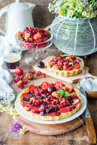 Tart with vanilla custard cream and berries