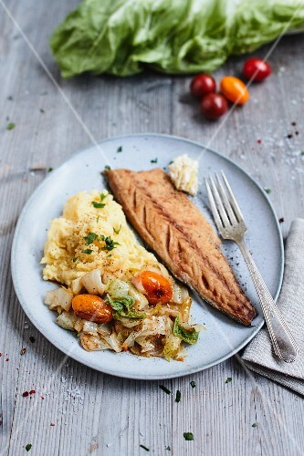 Roasted chicory with mashed potatoes and smoked fish