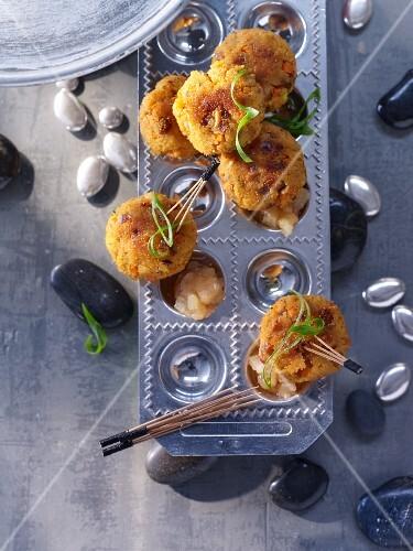 Gebratene Couscousbällchen mit getrockneten Feigen, Haselnüssen und Löwenzahn