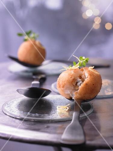 Mit Zitrone aromatisierte Reiskroketten, gefüllt mit Gorgonzola und Walnuss