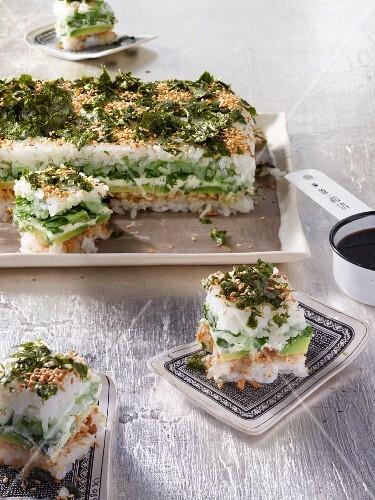 Sushi-Stapel mit Avocado, Frischkäse, Wasabi und Rucola