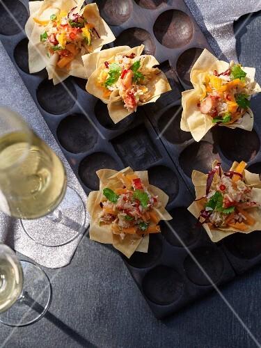 Yufkateig-Tarteletts mit Chili-Taschenkrebs-Salat und Kürbis