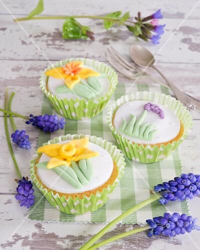 Cupcakes mit Fondantglasur und Zuckerblumen