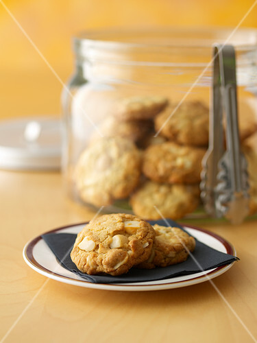 macadamia cookies mit wei er schokolade bild kaufen 12382659 stockfood. Black Bedroom Furniture Sets. Home Design Ideas