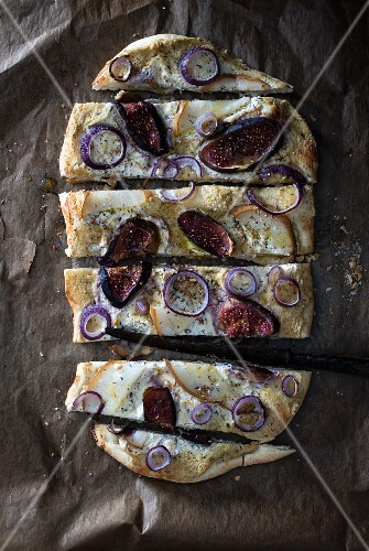 Vegan tarte flambée with figs, pears, red onion and seasoning spices