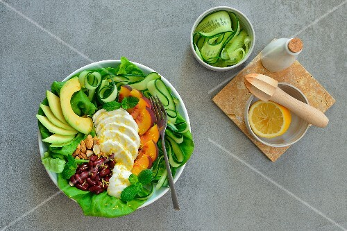 salat mit mozzarella avocado gurke roten bohnen mandeln und minze bild kaufen 12404683. Black Bedroom Furniture Sets. Home Design Ideas