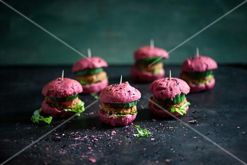 Vegane Miniburger aus Rote-Bete-Brötchen und Bohnenfrikadellen