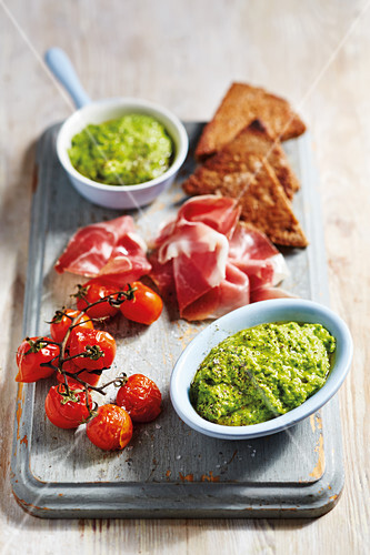 Quick pea dip with lemon juice, Parmesan and black pepper