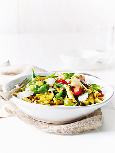 Pasta salad with lentils, pesto and beans