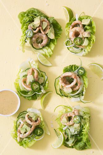 Tintefischringe mit Avocado, Gurken und Jalapenos im Salatblatt